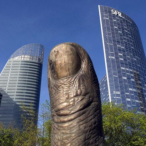 Памятники пальцам в Париже и Милане