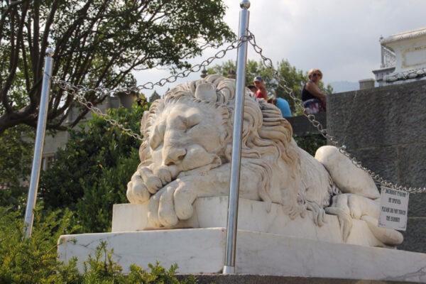 Прогулки близ Воронцовского дворца вКрыму