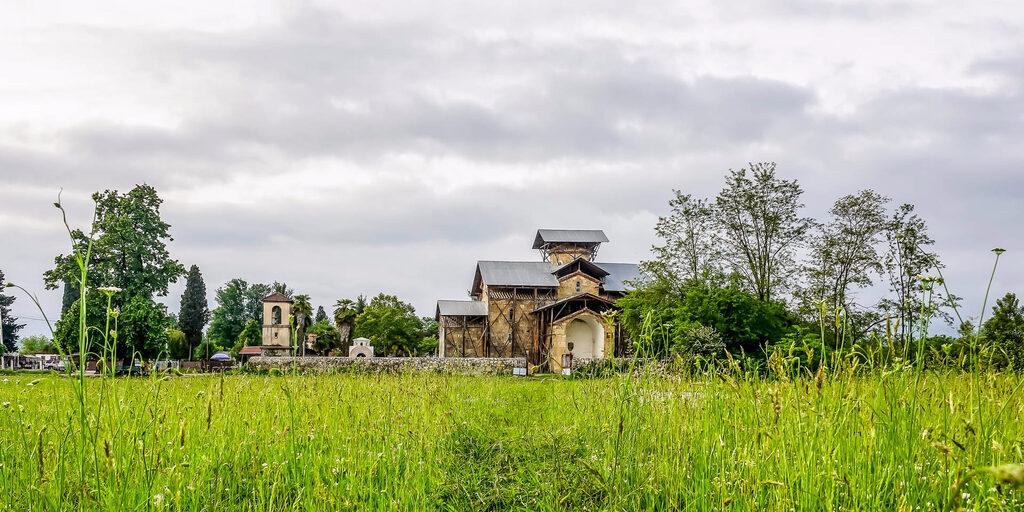 Абхазия. Храм Успения Пресвятой Богородицы и Княжеский дворец X век. Лыхны
