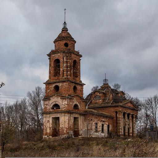 Заброшенная церковь в селе Крутицы