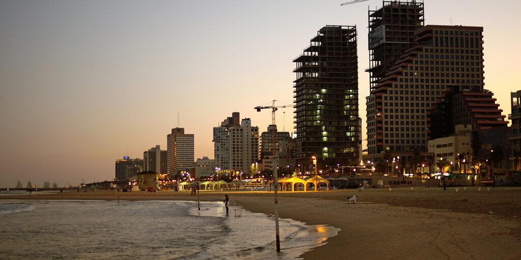 Рассвет в Тель-Авиве.