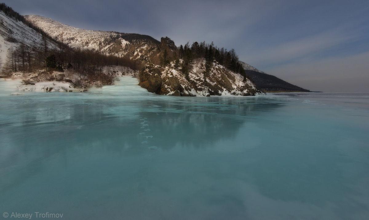 Стекающая в Байкал ледяная