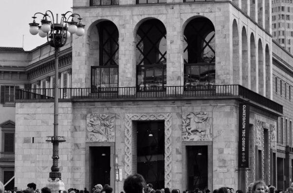 Глядя вверх наулицах Милана