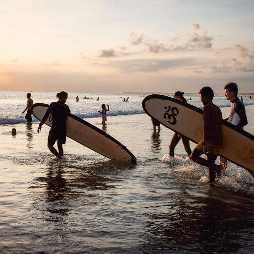 Серфинг на Бали. Обучение в русской школе.