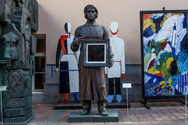 Водворе Московского музея современного искусства