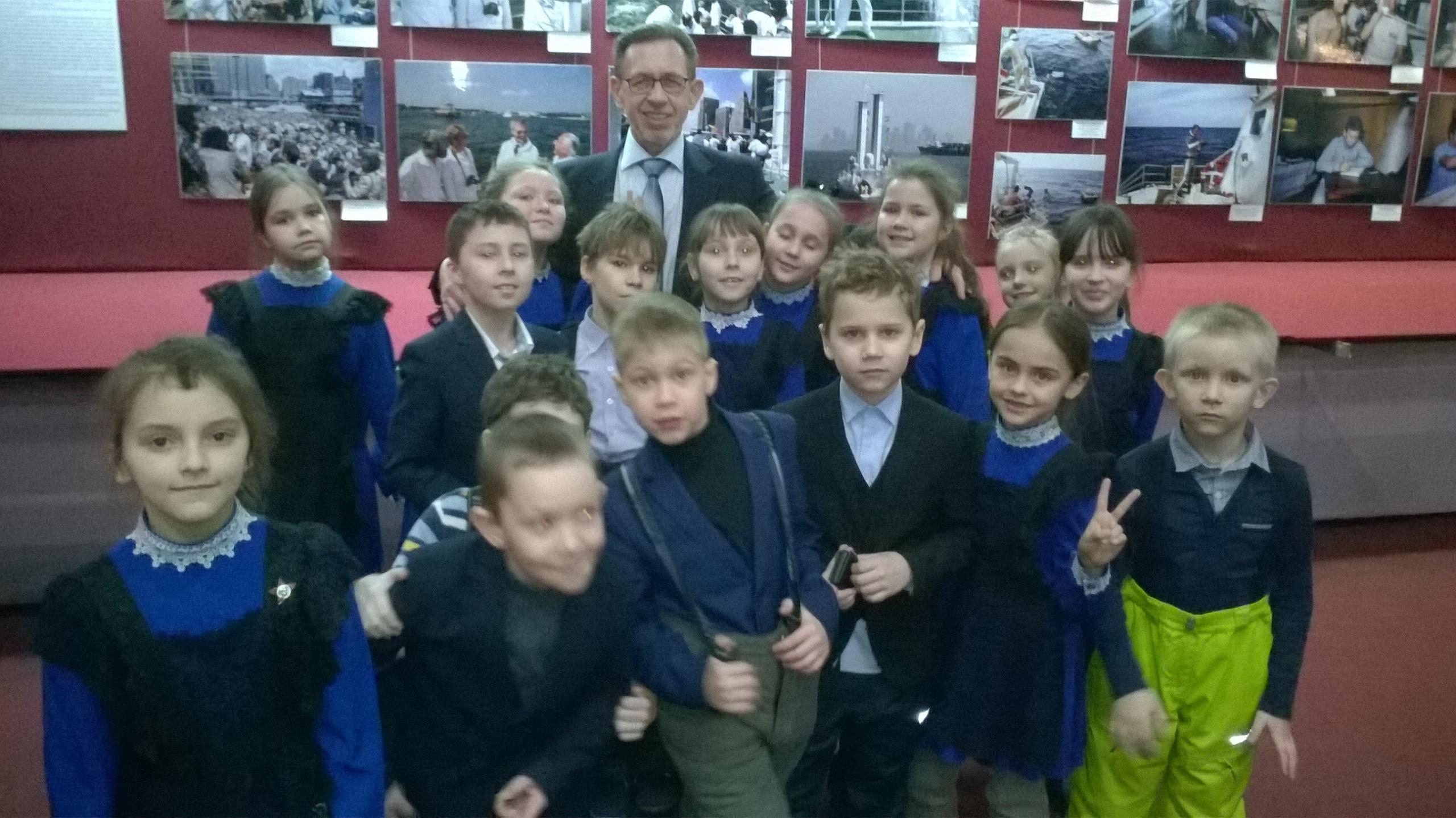 На выставке Неизвестный легендарный Кусто в Ульяновске. Владимир Кривошеев и ульяновские школьники после экскурсии