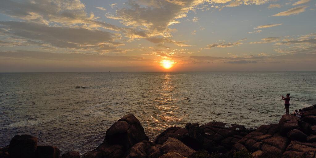 Закатная прогулка по пляжу Унаватуны.