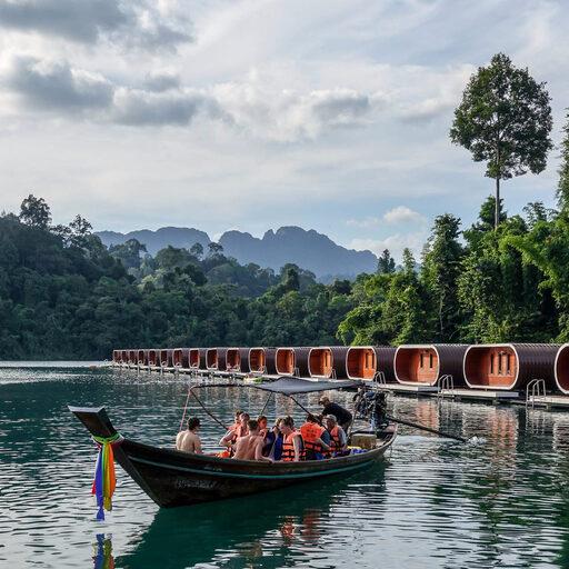 Домики на воде. Phutawan Raft House.