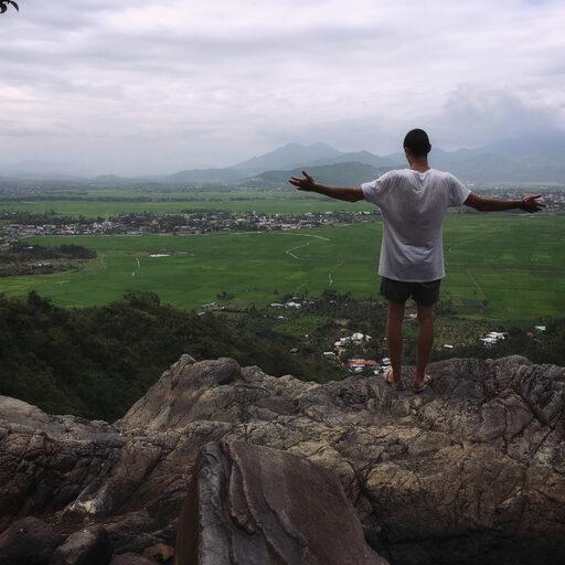 Храм, горы, водопад — затерянные в джунглях