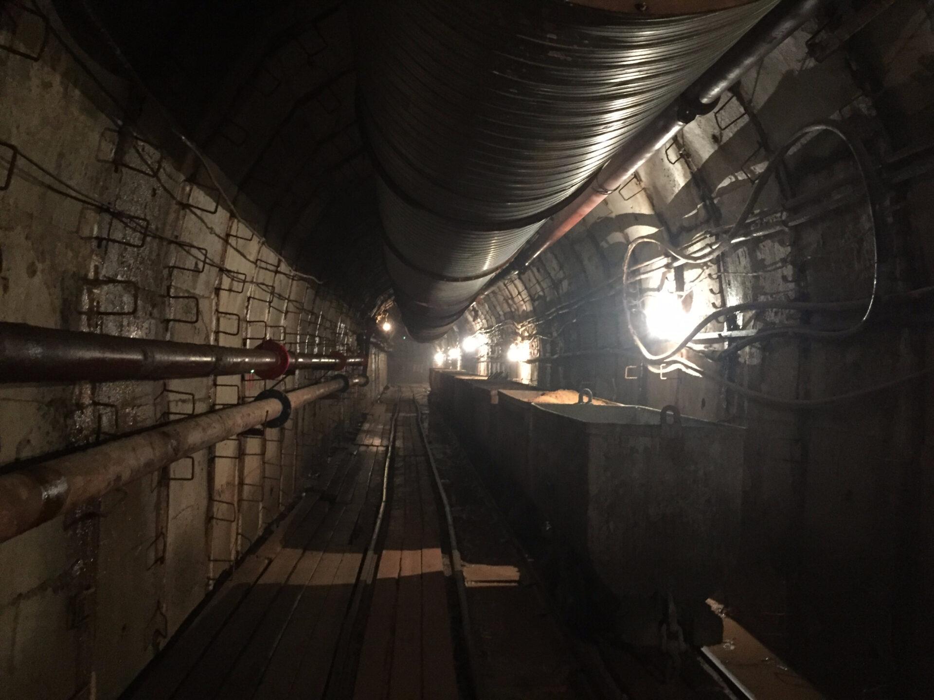 Осторожно, двери закрываются или на60 метров под землю